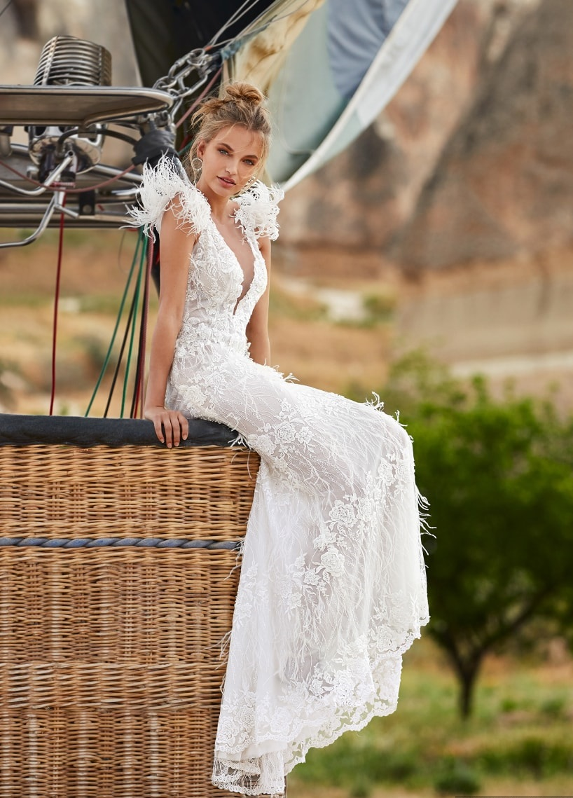 Wedding dresses with feathers: 9 unmissable proposals
