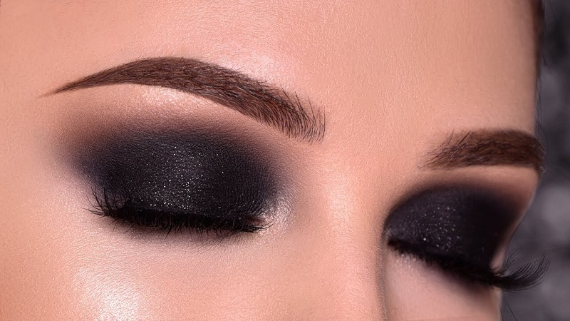 Black eyeshadow and smokey eyes: tips for perfect makeup